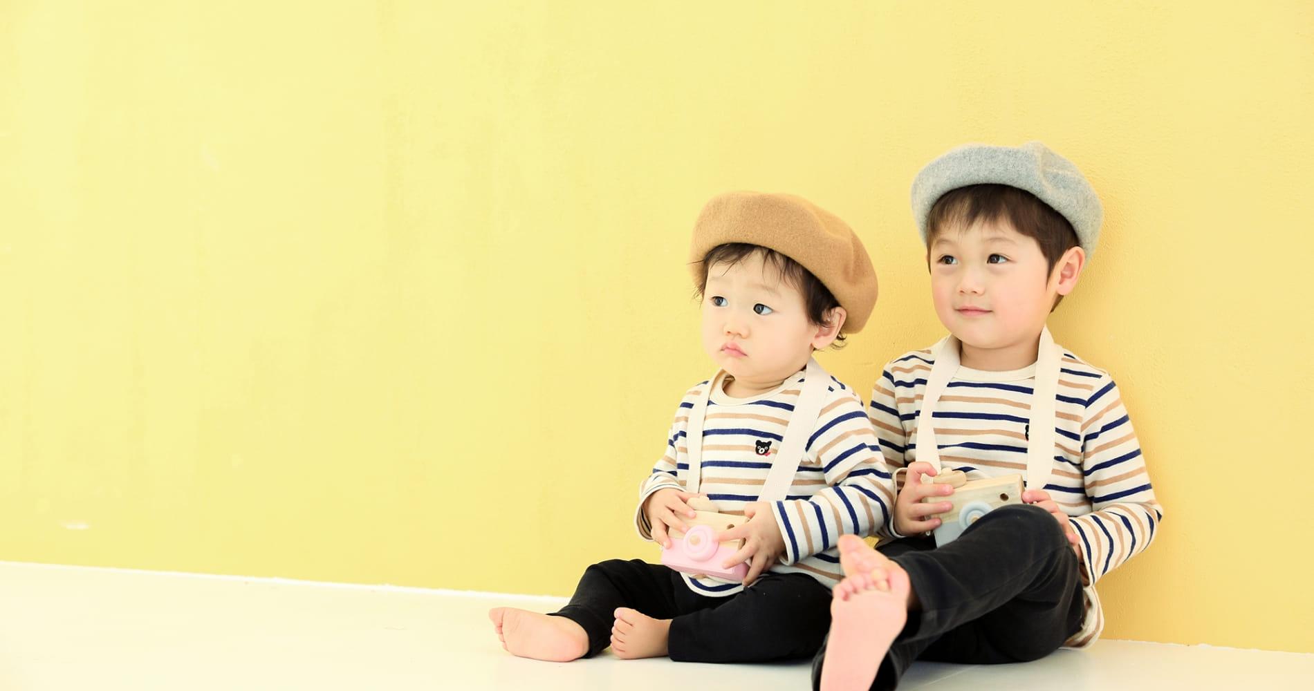 子どもが二人が座っている写真